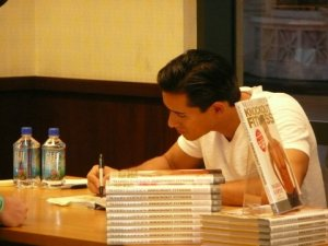 mario lopez book signing 027